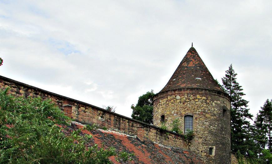Старая крепостная стена. Была построена в начале XVI в., когда возникла угроза турецкого завоевания.