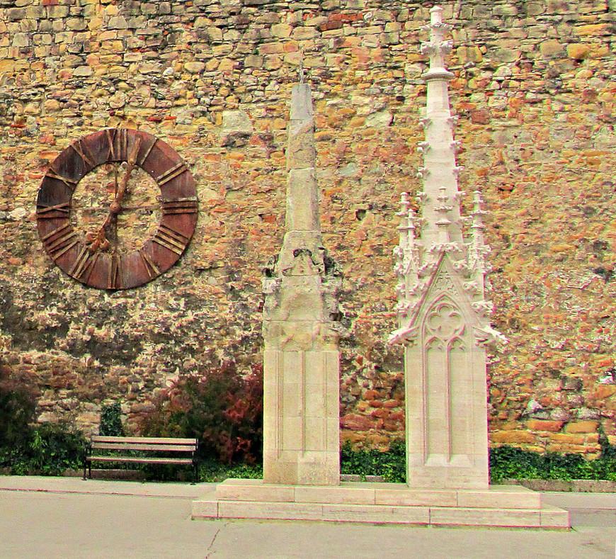 Слева от входа в собор на крепостной стене висит циферблат от старых часов собора , которые остановили свой ход во время землетрясения 1880 г. А так же некоторые уцелевшие украшения.