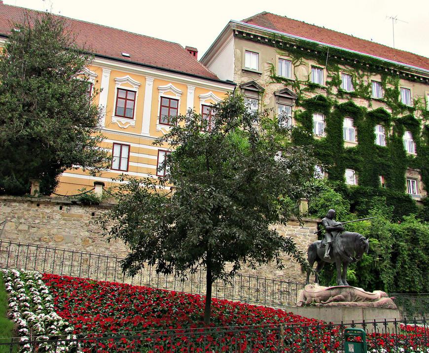 Памятник покровителю Загреба св. Георгию на пересечении Радичева и Каменита.