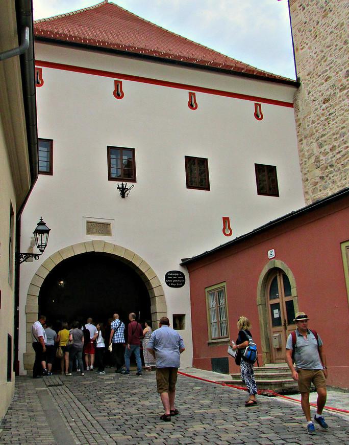Вход в Верхний город через Каменные ворота. Народ толпиться вокруг часовни знаменитой чудотворной иконы Богоматери Каменных Ворот.