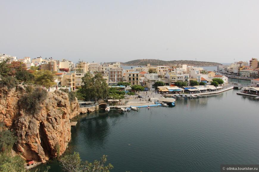 С западной стороны озеро окружено скалами.