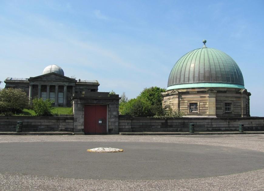 На вершине холма находится Городская обсерватория,  построенная в 1776 году по проекту Джеймса Крейга. Основной задачей астрономов было определять точное время по движению звёзд. Закрылась обсерватория совсем недавно - в 2009 году.