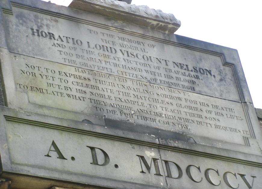 """Мемориальная доска над входом в башню  : """"Памяти вице-адмирала Горацио Нельсона, лорда виконта, и великой победы при Трафальгаре, слишком дорого купленной его кровью, благодарные жители Эдинбурга воздвигли этот памятник....."""""""