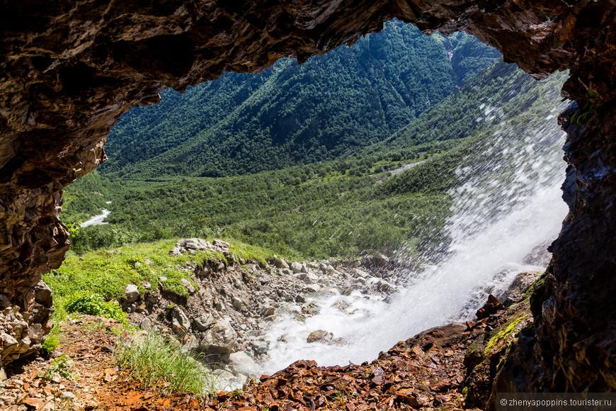 Никогда до этого я не видела водопадов из  окна пещеры.