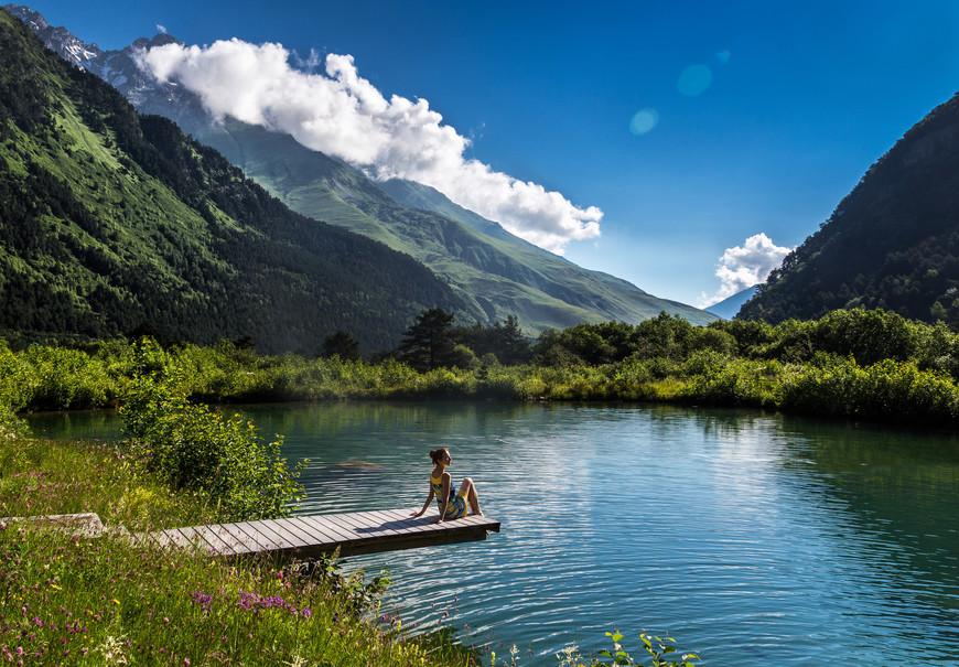 В этом озере плавают рыбы.  Это всего лишь форелевое хозяйство,   но благодаря природе вокруг оно кажется потрясающим)