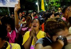 """В Таиланде толпа нападает на """"плохо скорбящих"""" о смерти короля"""