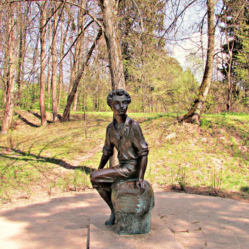 Памятник 12-летнему Пушкину.