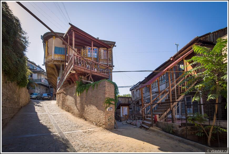 Старый Тбилиси. Наша квартира - по лестнице справа.