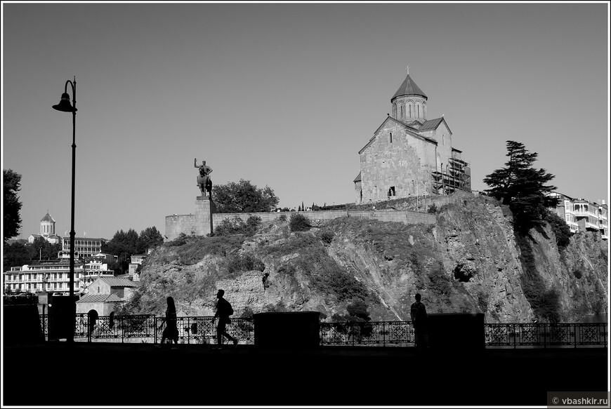 Тбилиси. Памятник Вахтагу Горгасали и церковь Метехи.