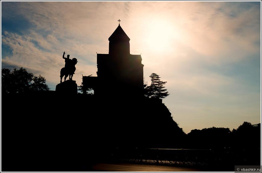 Тбилиси. Памятник Вахтагу Горгасали и церковь Метехи рано утром.