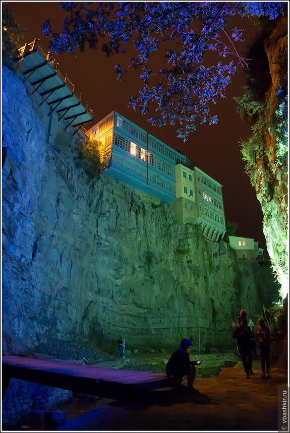 Тбилиси. Вечером рядом с водопадом.