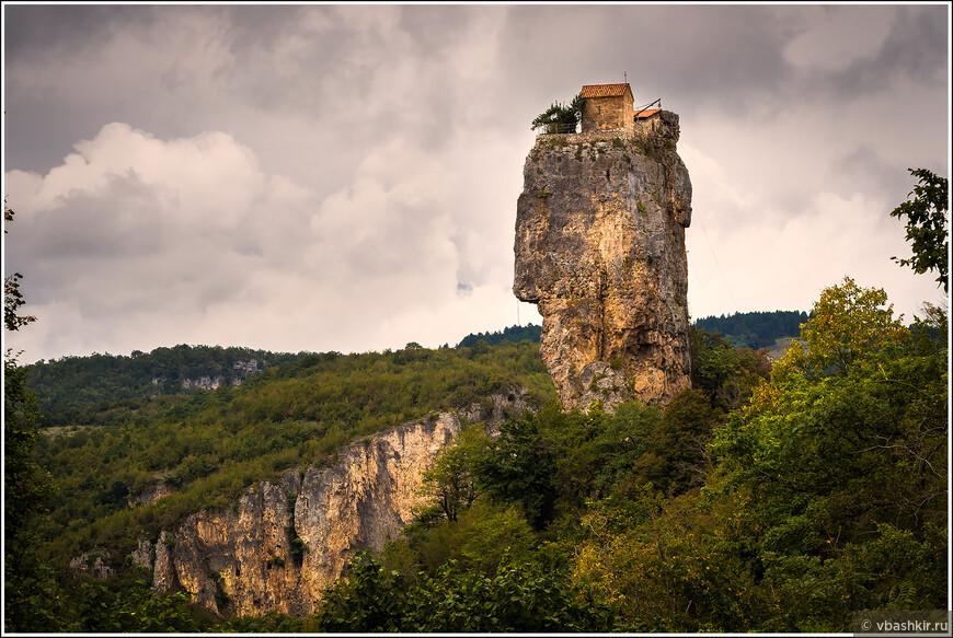 Столп Кацхи с церковью наверху. Там живет несколько монахов.