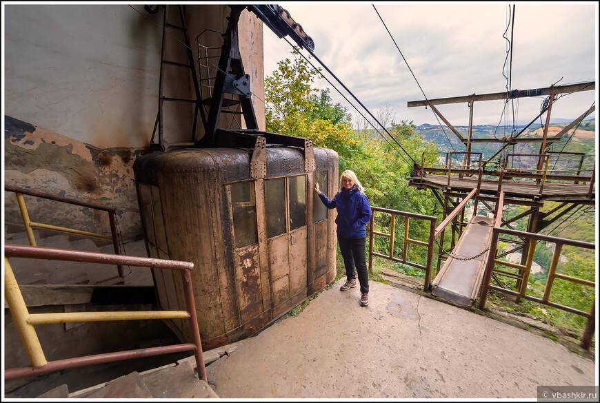 Чиатура. Вот на этом вагончике мы сейчас приехали в один из жилых районов на скале.