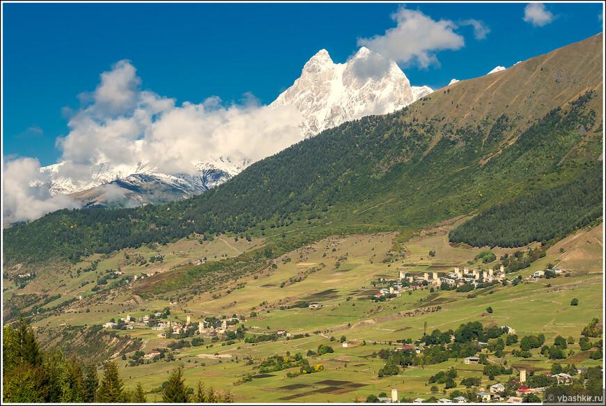 Верхняя Сванетия. По пути из Местии в Ушгули. На заднем плане - гора Ушба.