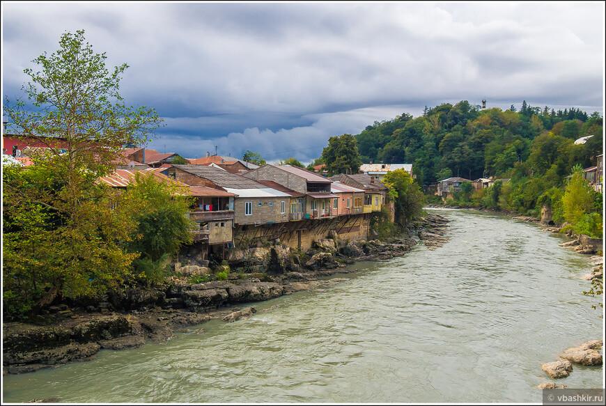 Старый Кутаиси. Дома над рекой Риони.
