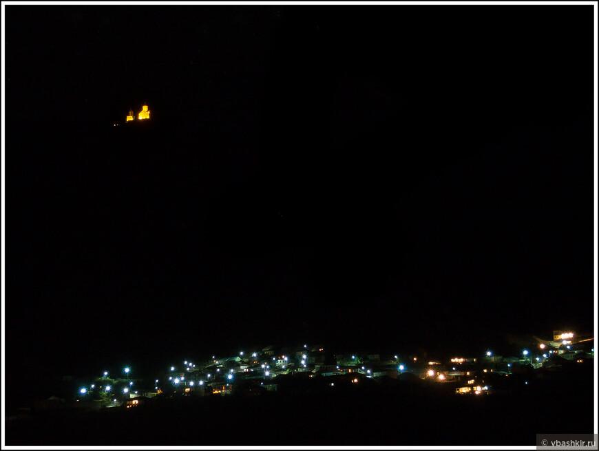 """Ночь в Казбеги. Церковь Цминда Самеба """"парит"""" над селом Гергети."""
