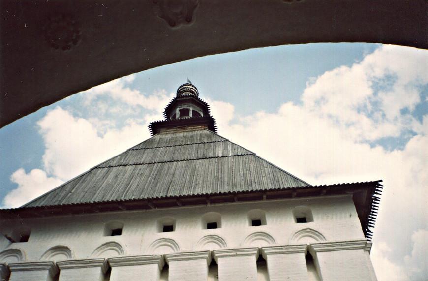 Красная башня над Святыми воротами.