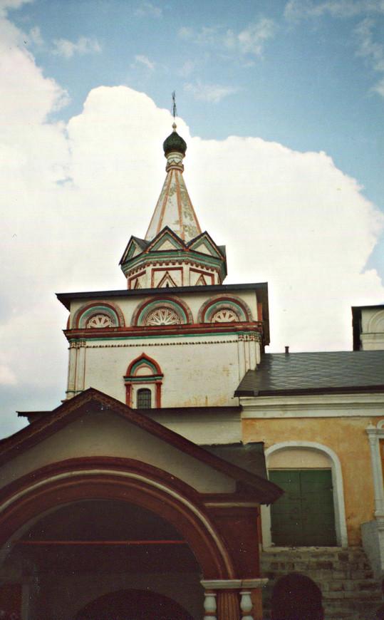 Троицкая надвратная церковь.