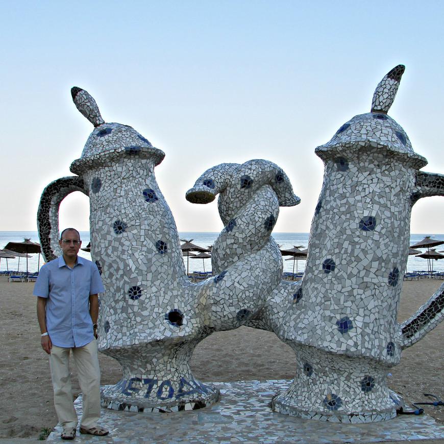 Побережье оживляет разнообразная уличная скульптура. Иногда забавная...
