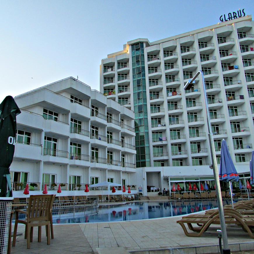 """Наш отель """"Гларус""""  был самым последним (самым северным) отелем Золотых Песков. Впрочем, на качестве самого песка это никак не отразилось. Его  много, и загорать на нем одно удовольствие."""