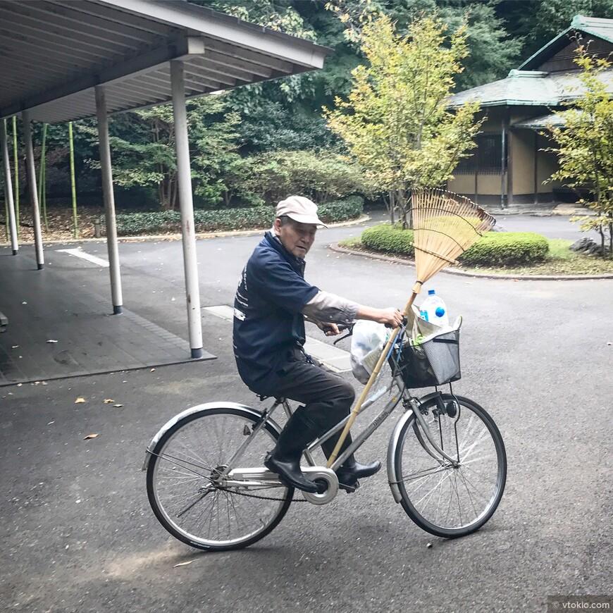 Уборщик занятый на территории восточного сада резиденции императора