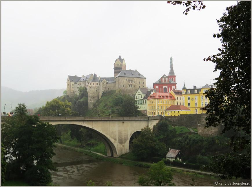 А над ними возвышается  величественный замок Локет (в переводе на русский - локоть), письменное упоминание о котором относится к 1234 г. Хотя специалисты ведут историю замка от Х века, когда здесь была построена пограничная крепость