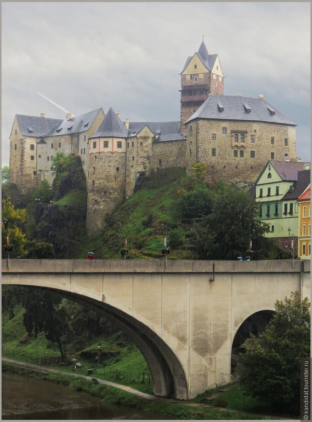 Но более замок известен, как резиденция Карла IV в его бытность императором священной римской империи. Говорят,  что именно с подачи императора, обнаружившего в ходе одной из охот источник с минеральной водой,  здесь был создан карлововарский курорт.