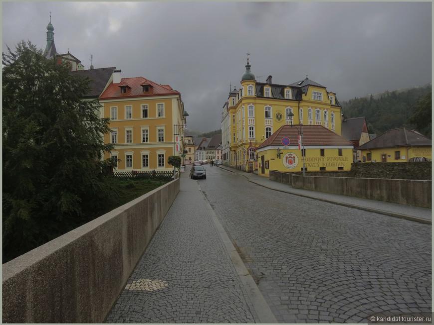 Вход (въезд, кому положено) осуществляется по этому мосту над рекой Огржей.
