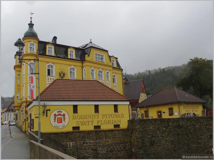 А встречает посетителей пивоварня с рестораном и музеем пивоварения... Мы же в Чехии...