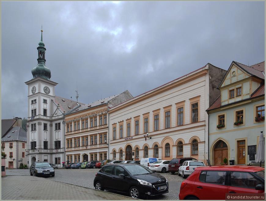 На главной городской площади - городская ратуша с часами.