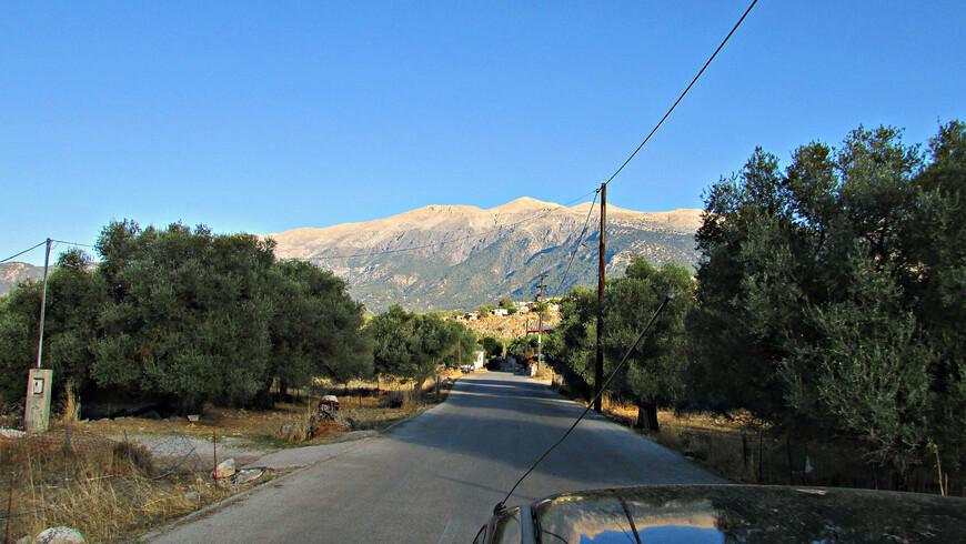 За перевалом открылась узкая долина.
