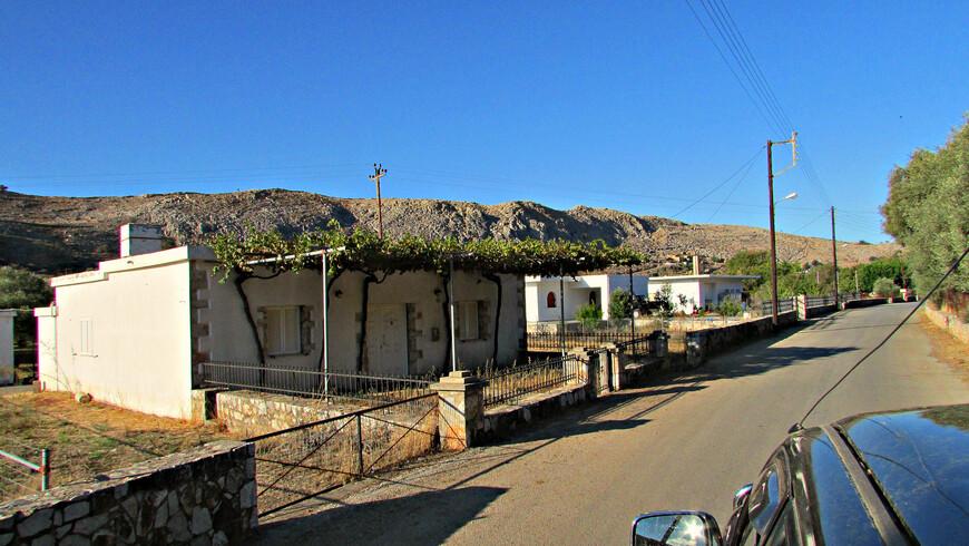 Не останавливаясь, мы миновали горную деревню Анополи, куда должны были вернуться по окончании похода на обед..