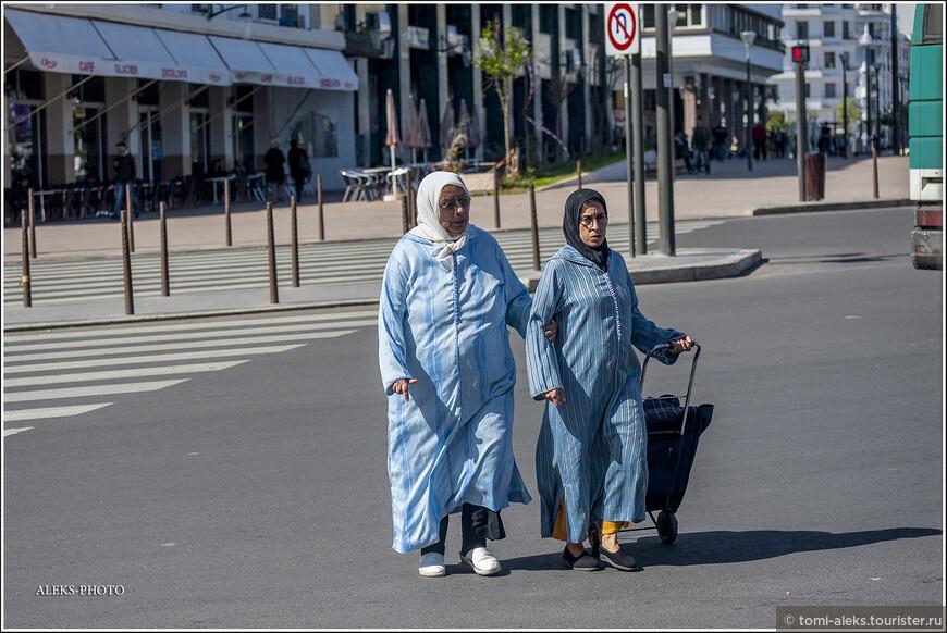 Местные тетеньки возвращаются откуда-то с базара... Судя по всему, на них национальная одежда, именуемая джеллаба. В общем, нечто похожее на халат с капюшоном. Женщины в Марокко носят еще кафтаны - они обычно украшаются узорами и на них нет капюшона. А, вообще, капюшон для местного климата - вещь супер необходима. Мы были в стране в мае. И, несмотря на то, что это Африка, почти все время ходили в спортивных куртках с капюшоном - из-за сильного ветра с Атлантики.