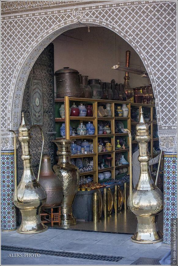 Где-то среди этих сувениров вполне могла затеряться волшебная лампа Аладдина. Вот в чем не откажешь этой стране, это в обилии сувениров. без них отсюда не уедешь - проверено на себе. Мы, по незнанию, привезли с собой в чемодане лампу из тонкого металла со вставленными цветными стеклами. Оказалось, что эти лампы арабы делают из плохого железа,которое быстро ржавеет. Обычно такие фонари болтаются на улицах между домами  в Рамадан. Она у нас, конечно, сильно заржавела. Хочешь купить фонарь из металла подороже - придется раскошелится...