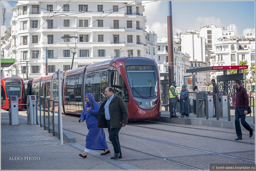 Современный трамвай существует в Касабланке с 2012 года. Конечно, своим внешним видом он создает мощный контраст всему тому, что видишь в старой части города. Мы прокатились на нем - очень достойный транспорт. Подобные трамваи курсируют и по современной части Иерусалима.