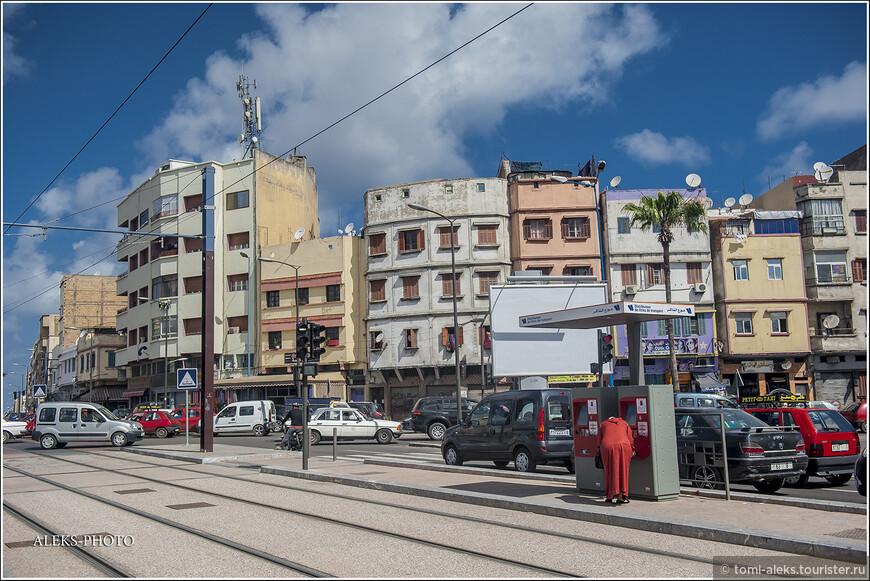 Современная часть города отличается окнами-амбразурами, большинство которых занавешено жалюзи... Основная часть современного города была застроена в 30-х годах ХХ века.