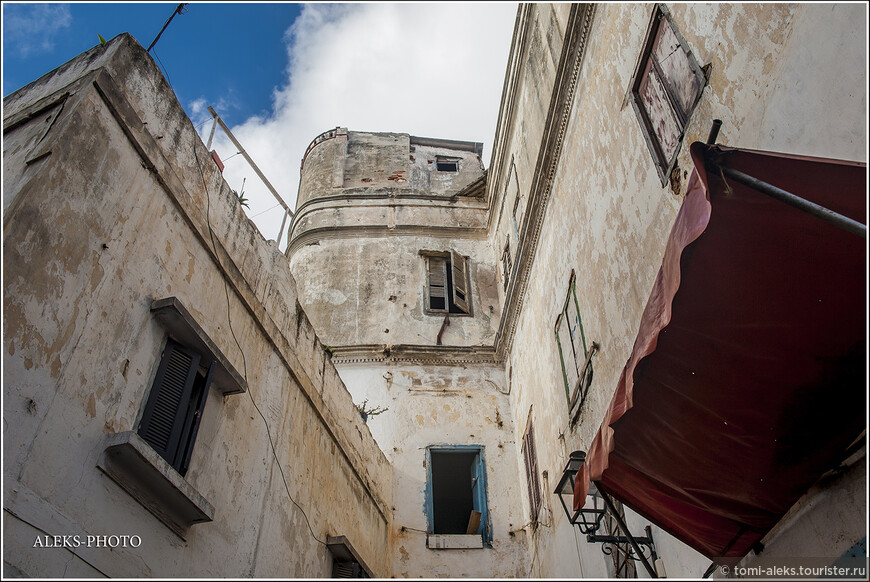 А эти здания,похоже, много повидали на своем веку... Но выглядят очень угрюмо.