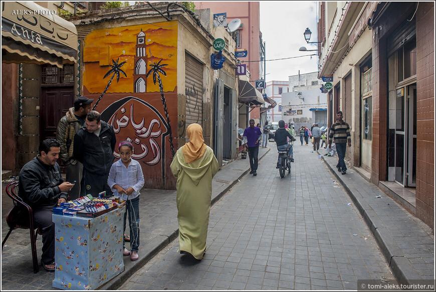 С 1907 года город оказался под властью французов, что основательно сформировало его культуру. Марокканцы многое переняли у французов. Почему-то французы очень любят краски Марокко и природу. Это относится, как к художникам, так и к артистам. К примеру, первой женой Алена делона была марокканка. И, если верить слухам, у него была вилла возле Касабланки. В Марокканской Ривьере был дом и у Бельмондо.