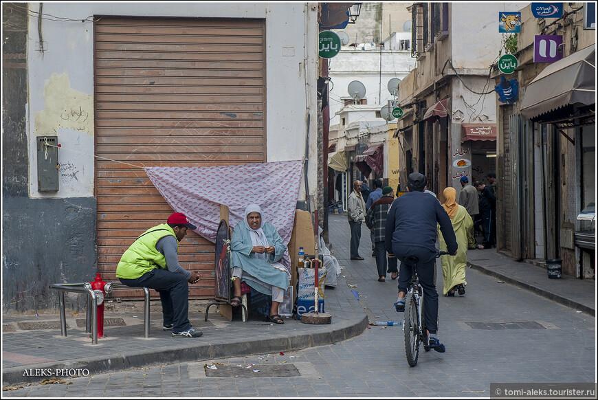 Улочки в старой части города такие же, как и в большинстве городов Марокко. Многолюдные и с кучей лавок и вывесок. Оказывается, в городе две медины - одна старая, по которой мы погуляли. А другая - новая.Там мы не были. Она была отстроена по старинным традициям, но из современных материалов. В Общем,в Касабланке традиции сохраняются...