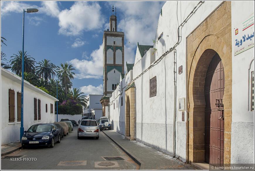 Мечети здесь выглядят вот так. Марокканцы очень любят зеленый цвет. Ну и белый - само собой.