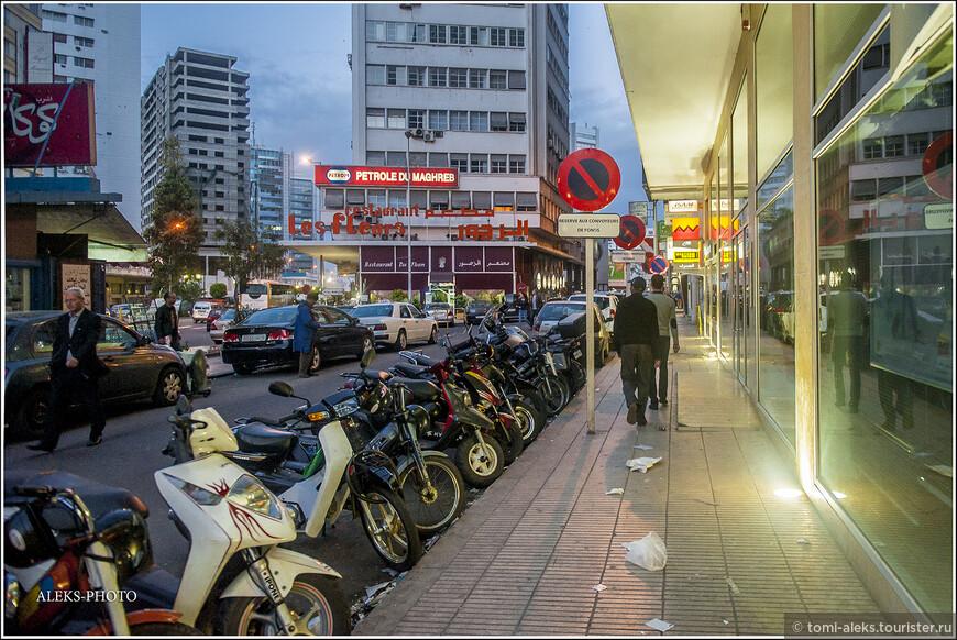 Мотоциклы на обочинах - это очень по-французски. Кто был в Париже, знает, что там всюду вереницы припаркованных мотоциклов.