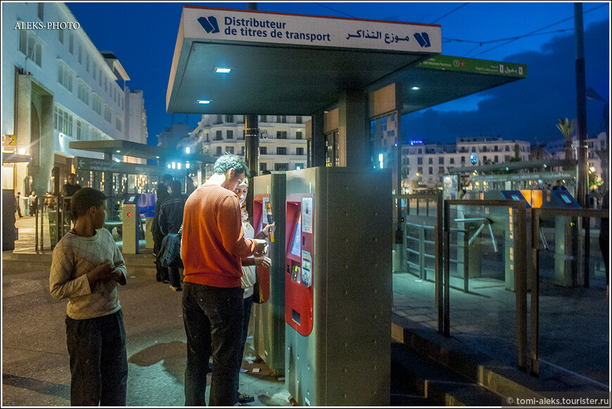 Билеты на проезд в трамвае покупаются в автоматах. Потом надо пройти на платформу через турникет.