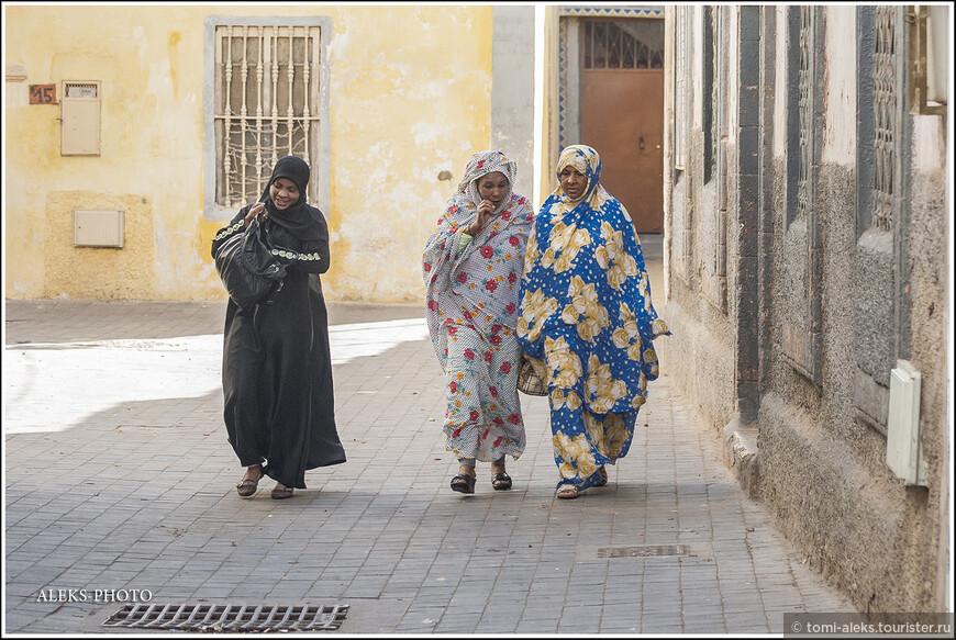 Вот еще мы видим - местные Фатимы в колоритных одеяниях. Что-то обсуждают.