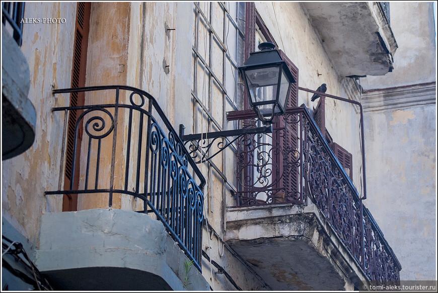 Балконы в старой части города. Вполне вероятно, что это отель...