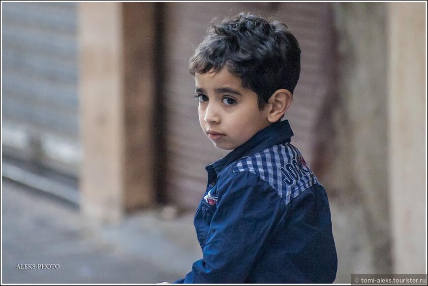 Хорошенький такой малыш. Многие дети в стране учат Коран наизусть с пяти лет.