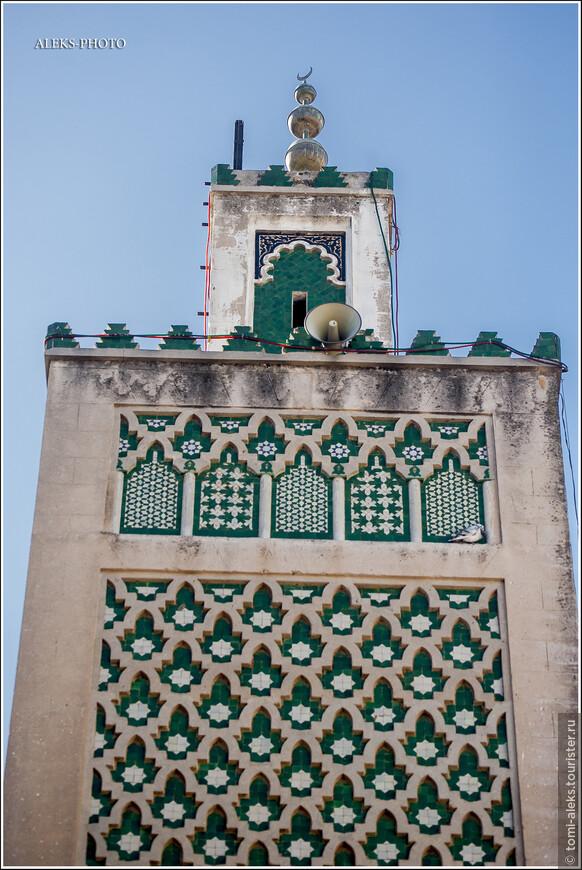 Король Мухаммед VI относит себя к потомкам Пророка и именуется Предводителем правоверных. Звучит величественно. В общем, религиозная и светская власть у них объединены в одном лице. Исламистская Партия справедливости и развития - правящая партия страны.