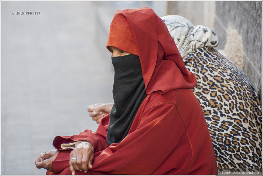 """Сидеть вот так целый день и медитировать - вполне в местных традициях. Хотя вот в таком """"прикиде"""", я бы сказал, жарковато. Любопытно, что марокканцы верят в джиннов. Наверно в таких, с которыми мы знакомы по сказке """"Волшебной лампе Аладдина"""". И, насколько я понял, Коран не отрицает их существования. Именно поэтому в стране в чести всякого рода колдуны, которые общаясь с джиннами могут творить чудеса и снимать всякую порчу..."""
