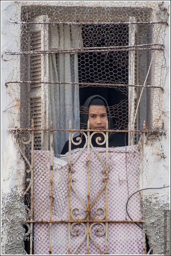 Оригинальные у них все-таки окна. Порой, больше смахивает на тюрьму... Из окон и дверей, снятых в разных городах Марокко я, видимо, сделаю отдельный альбом. Бывают страны,где на подобные детали не обращаешь внимания. Но в Марокко они колоритные - особенно двери...