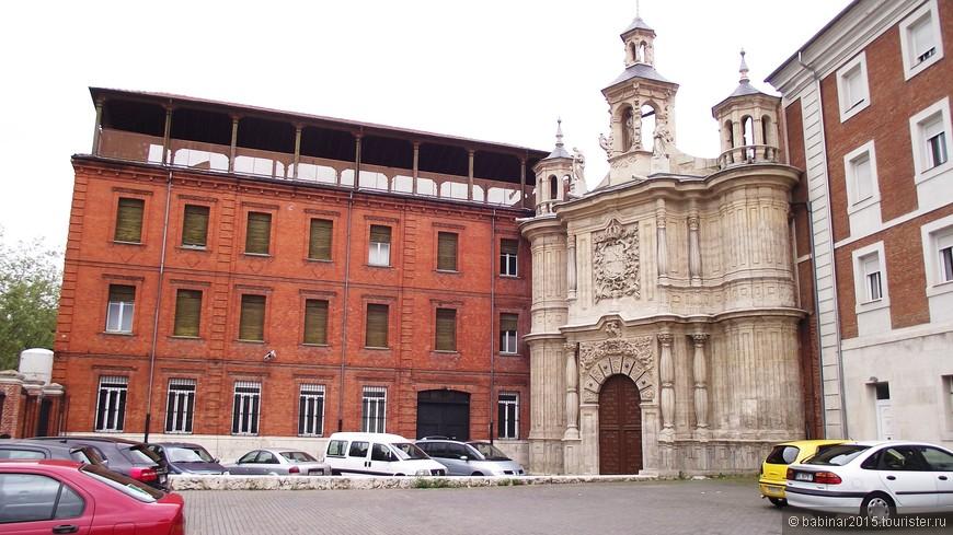 Iglesia de San Juan de Letrán. Перед южным входом в Кампо Гранде находится Церковь Св. Иоана, посторенная в стиле барокко и зажатая с двух сторон более  поздними постройками. Бывшая больница, основанная в 1550. Выделяется его барочный фасад, созданный Матиасом Мачука в XVIII веке. Не знаю - так ли было задумано с самого начала, но как-то жалко, что виден только фасад.