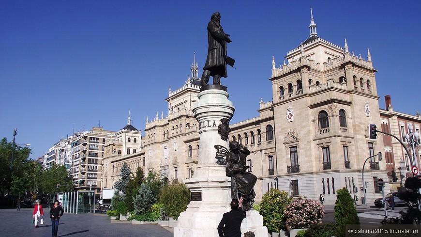 """Plaza de Zorilla, Хосé Сорри́лья-и-Морáль - один из самых почитаемых в Испании поэтов. Писатель, драматург, как его называли """"испанский Виктор Гюго""""№ - уроженец Вальядолида. На площади находится пожалуй самое красивое здание города - Academia de Caballería. Академия кавалерии — действующее государственное учреждение, поэтому экскурсии проводят только для групп и только по предварительной записи"""